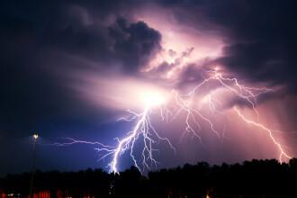 ANM anunță Cod roşu de furtuni în localităţi din 5 județe. Vijeliile încep de luni seara