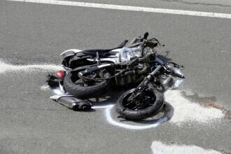 Fugea de polițiști, dar a intrat într-un stâlp cu motocicleta și a murit pe loc. Tânărul nu avea permis