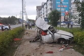 Momentul în care o mașină se rupe în două, după ce a întrat într-un stâlp, în Rusia. VIDEO