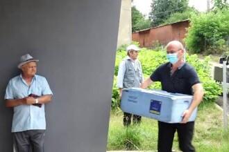 Voluntarii care îngrijesc bătrânii singuri și bolnavi. Le oferă îngrijiri medicale şi o masă caldă
