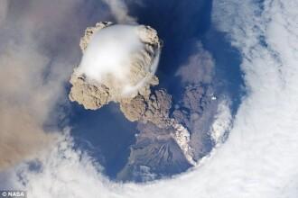 SUPER IMAGINI: eruptia vulcanului Sarychev, surprinsa din spatiu!!