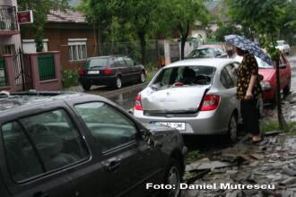 Urmarile furtunii din Bistrita: copaci smulsi si masini avariate