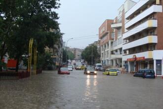 Inundatii in Ardeal si Dobrogea: apa curge pe strazi ca un rau