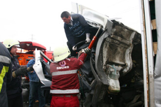 4 pompieri de la ISU Dambovita, grav raniti. Masina cu care mergeau la o interventie s-a rasturnat