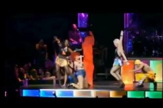 Moment stanjenitor. Uite-o pe Rihanna cum se pravaleste pe scena in fata a 16.000 de fani. VIDEO