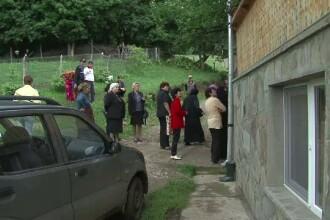 Scandal la o manastire din Buzau. Localnicii au luat cu asalt chilia staretei
