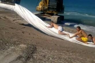Distractie periculoasa cu excavatorul pe plaja la Tuzla. Senzatii extreme pentru un grup de tineri