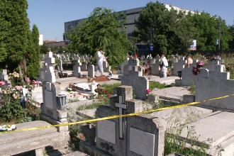 Un barbat si-a gasit sfarsitul in cimitir dupa ce o piatra funerara s-a prabusit peste el