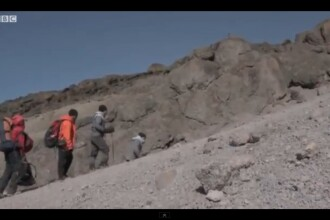 VIDEO impresionant. Un barbat fara picioare a urcat pe varful Kilimanjaro tarandu-se in maini