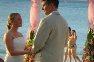 Ce se vede in fundal strica toata nunta. Fotografiile pe care n-o sa le vezi niciodata in album