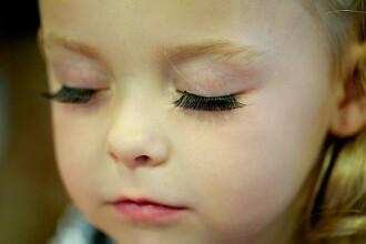 Imagini cutremuratoare. Fetite de 2 ani invata cum sa se machieze si sa pozeze provocator. FOTO