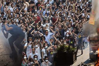 Mii de manifestanti au ocupat Piata Taksim din Istanbul. Fortele de ordine s-au retras