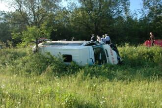 Doi morti si 13 raniti dupa ce un microbuz a fost lovit de un autoturism inmatriculat in Italia