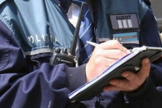 Un politist din Pitesti a fost lovit cu pumni, picioare si un levier dupa ce a vrut sa dea o amenda