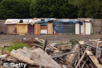 Imigrantii romani care au ocupat fortat un stadion din afara Londrei au fost evacuati