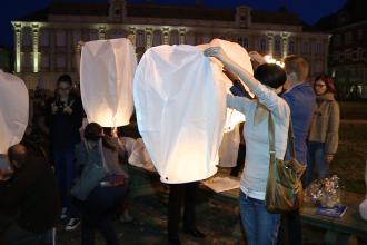 Timisorenii au inalatat lampioane pentru fiecare suflet pierdut in tragedia din Muntenegru. FOTO