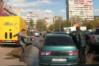 Un sofer din Rusia a fost batut in plina strada, dupa ce a pornit un conflict. Totul a fost filmat. VIDEO