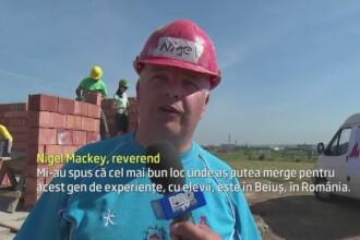 Povestea preotului irlandez care construieste case pentru oamenii nevoiasi din Romania. Cine il ajuta pe reverend