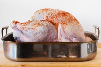 Specialistii britanici avertizeaza: NU spalati carnea de pui inainte de preparare. La ce riscuri ne expunem