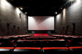 Un bărbat a murit în timp ce încerca să-și recupereze telefonul, în sala de cinema