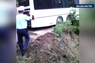 70 de copii plecati in excursie, cu autocarul, au trait clipe de groaza. Incidentul grav provocat de o alunecare de teren