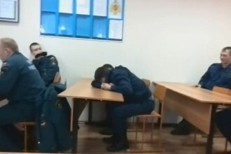 Farsa devenita viral pe internet. Cum l-au pacalit colegii pe un pompier care a adormit in post. VIDEO