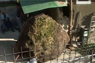 Imagini de groaza intr-o localitate din Hunedoara. Un bolovan de 2 metri a cazut de pe un versant si s-a oprit intr-o casa