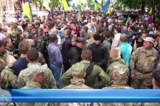 STIRI EXTERNE PE SCURT: Activistii si militarii ucraineni ii cer presedintelui Porosenko sa rupa armistitiul cu rebelii