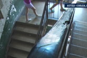 Un copil a cazut printre scari de la etajul 3 al unui bloc din Codlea. De ce mama sa nu a reusit sa il supravegheze