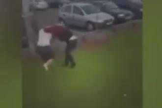 Imagini violente in parcarea unui supermarket din Irlanda. Doua adolescente, filmate in timp ce se bateau cu bestialitate