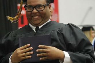 Acest tanar a postat pe internet o poza de la absolvire. In cateva minute, o lume intreaga se amuza pe seama lui