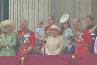 Printul George, in centrul atentiei la parada organizata in cinstea Reginei. Micutul a salutat publicul de la balcon