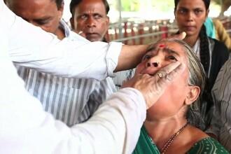 Cum se vindeca de astm bolnavii din India. Mii de oameni inghit fortat pesti vii, intr-un ritual anual antic