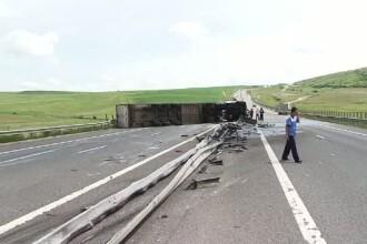 Un TIR care transporta lactate s-a rasturnat pe Autostrada A3. Camionul a trecut prin parapeti si a ajuns pe sensul opus