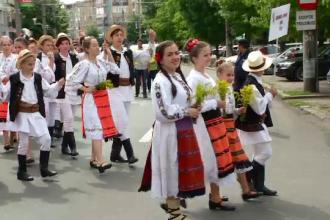 Parada in costume populare la Baia Mare. 300 de copii au defilat pe strazi in costume populare vechi de 100 de ani