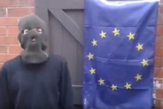 Incercarea ratata a unui extremist britanic care incearca sa arda steagul UE. Motivul ironic pentru care materialul nu ia foc