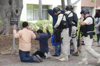 Un profesor a fost ucis in atacul armat de la UCLA. Scenele cu studenti, in genunchi, controlati de trupe SWAT s-au viralizat