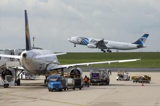 Panică la bordul unui avion EgyptAir. Un pasager agresiv a încercat să intre în cabina piloților