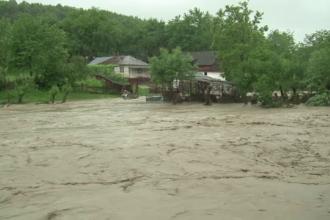 COD ROSU de inundatii in sase judete. Orasul in care nu se poate ajunge si din care nu se poate iesi