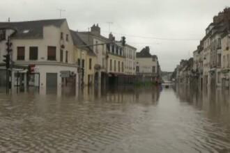 In mai multe zone din Franta va fi declarata stare de catastrofa naturala. Oamenii, salvati de pe acoperis cu elicopterul