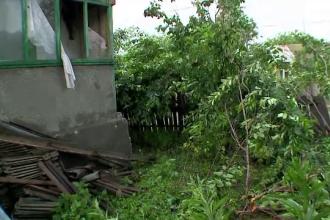 O tornada violenta a maturat o comuna din judetul Tulcea, in 5 minute. Furtuna a distrus case si a smuls copacii din radacini