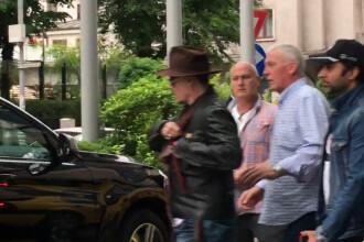 Imagini ireale cu Johnny Depp la Bucuresti. A chefuit intr-o carciuma, baricadat cu patura-n geam