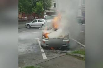 O masina a luat foc in centrul Brasovului, chiar langa primarie. Cum au reusit sa se salveze soferul si pasagera