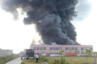 Incendiul de la fabrica de incaltaminte din Jilava, in care un pompier si-a pierdut viata, s-a reaprins in aceasta dimineata