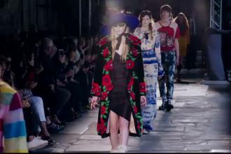 Gucci si-a prezentat noua colectie de haine in catedrala Westminster. Modelele au defilat pe muzica de cor