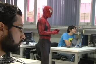 Un profesor la Faculatatea de Inginerie vine la cursuri imbracat in Omul Paianjen. Reactia studentilor