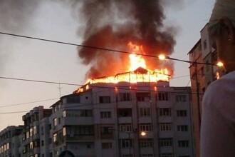 Incendiu urias in centrul Bacaului. Mansarda unui bloc a luat foc: zeci de persoane au fost evacuate. FOTO SI VIDEO