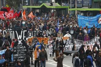 Proteste violente pe strazile din Chile. Politistii au folosit gaze lacrimogene si tunuri de apa asupra studentilor
