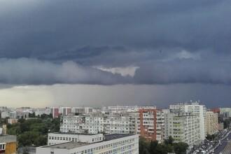 Urmarile ploii torentiale care a lovit Capitala duminica seara: strazi inundate si trafic ingreunat