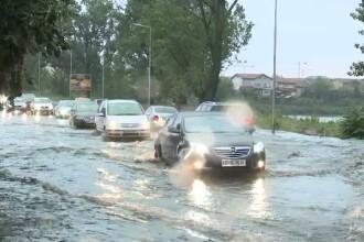 Zeci de case inundate, copaci rupti si drumuri pline de noroi, in Capitala si in unele zone din tara. Furtuna a facut prapad